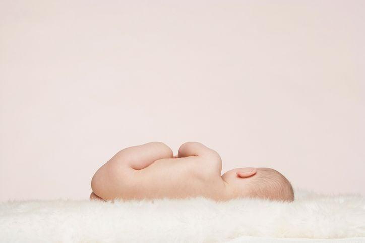 Baby auf der Seite liegend