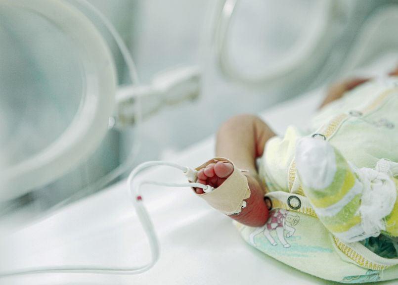 Babyfuss mit Sättigungsmessung im Inkubator