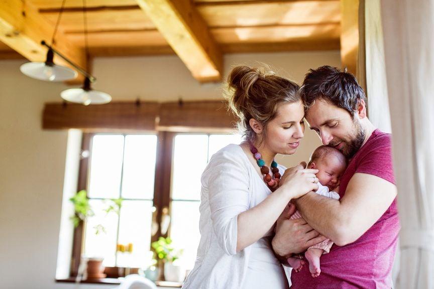 Eltern mit Neugeborenem zu Hause