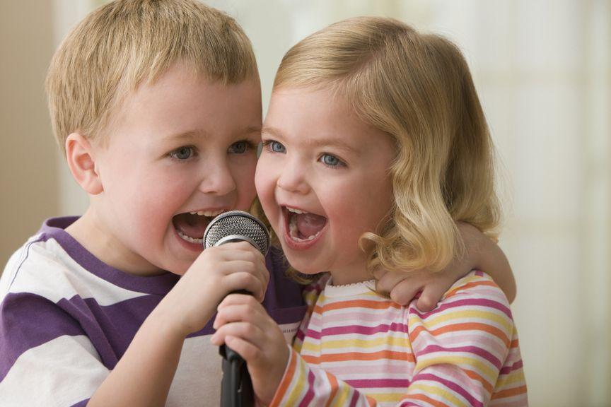 Geschwister singen mit Mikrofon