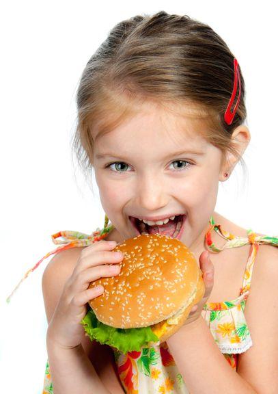 Kind isst Hamburger