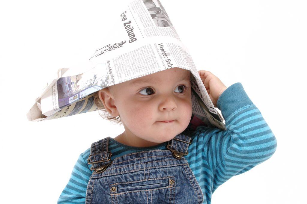 Kind mit Zeitungshut