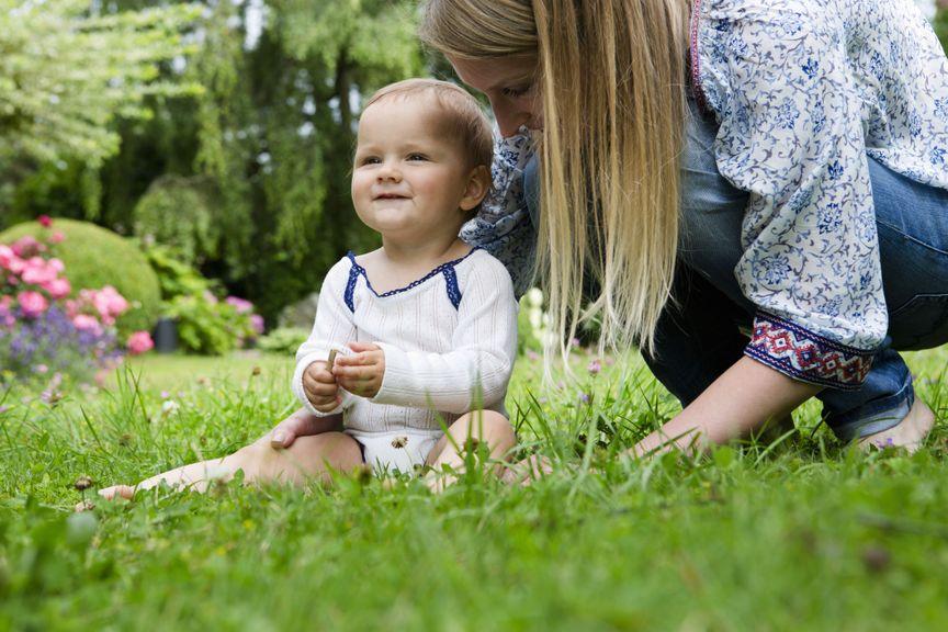 Baby sitzt auf der Wiese
