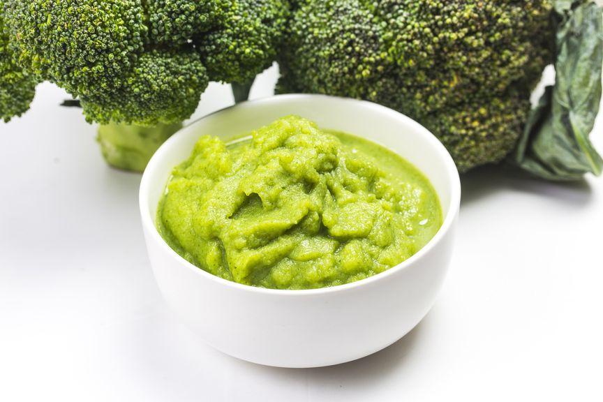 Broccolibrei,Broccolipüree in weisser Porzellanschale