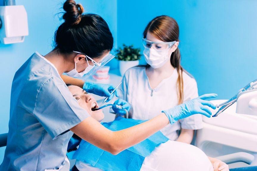 Schwangere bei einer Zahnbehandlung