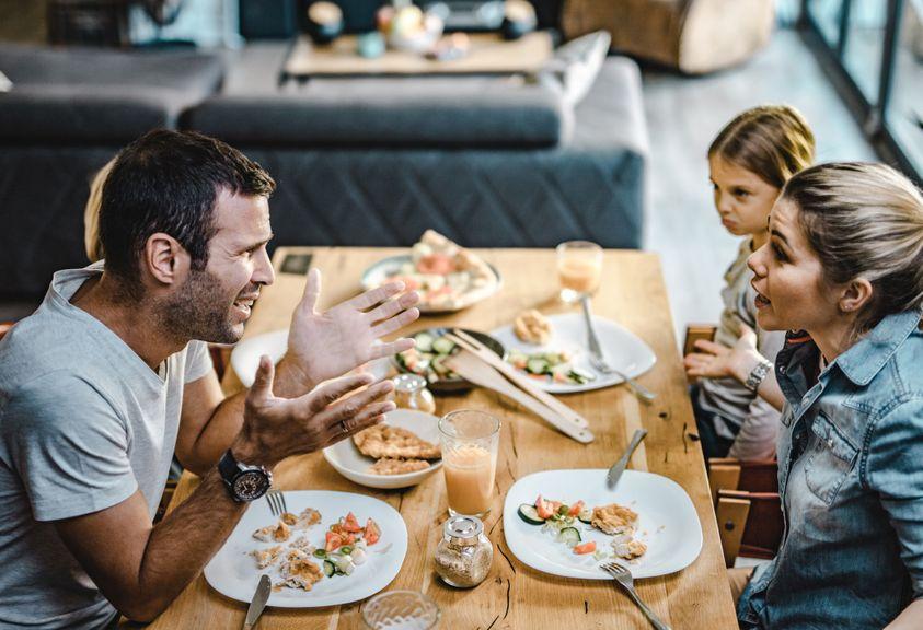 Eltern diskutieren am Esstisch