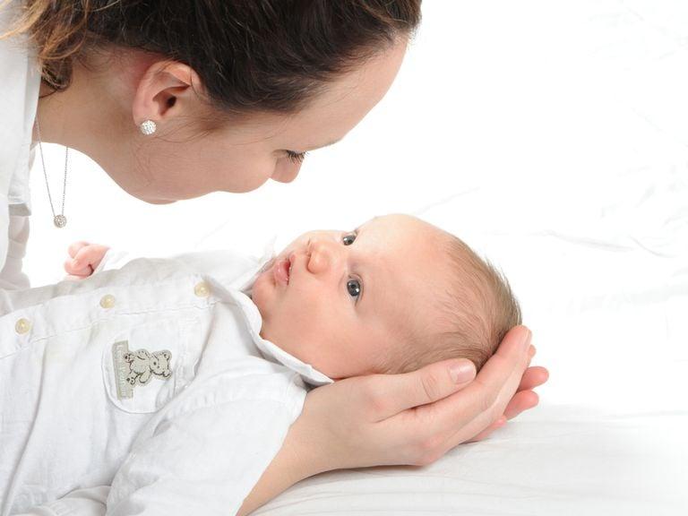Augenkontakt zwischen Mutter und Baby
