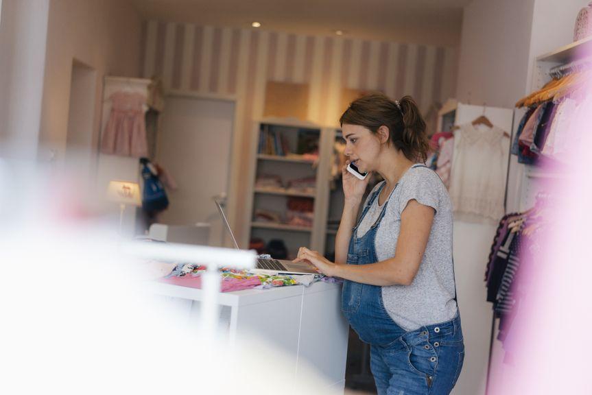 Schwangere Verkäuferin bei der Arbeit