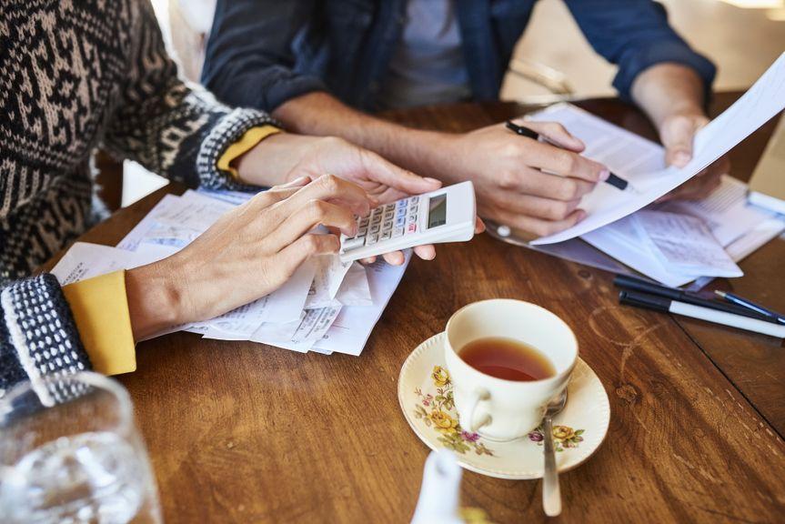 Paar bei der Budgetplanung