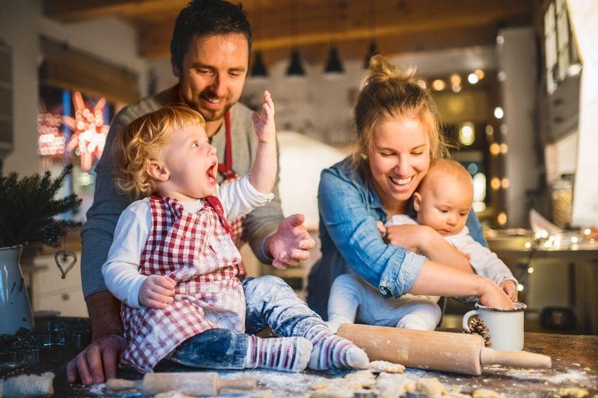 Familie in der Küche beim Backen an Weihnachten