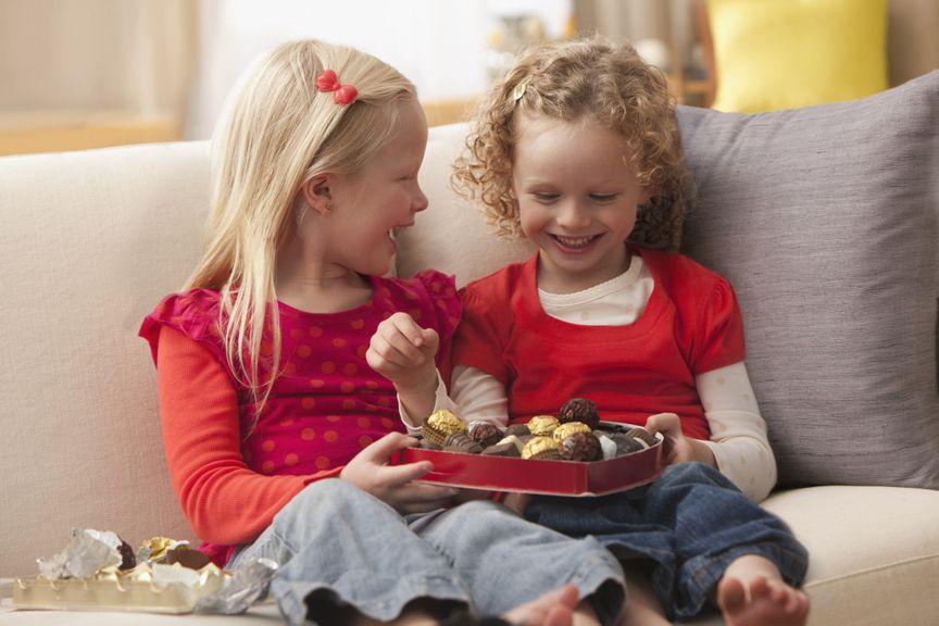 Zwei Mädchen mit einer Schachtel Pralinen