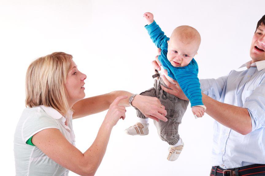 Vater übergibt Mutter Baby in Eile