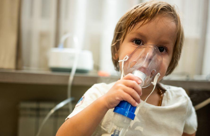 Junge mit Inhalationsmaske