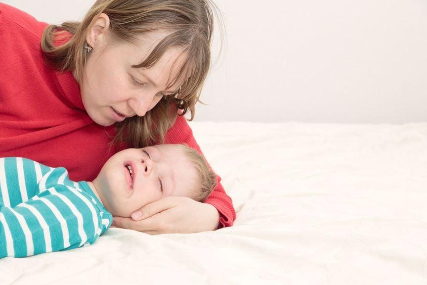 Mutter mit ihrem kranken Sohn
