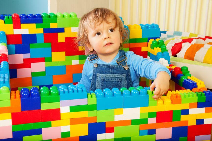 Kind spielt mit Legosteinen