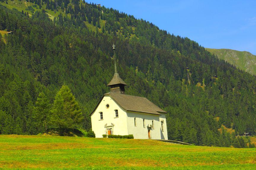 Kleine Kirche in den Schweizer Alpen
