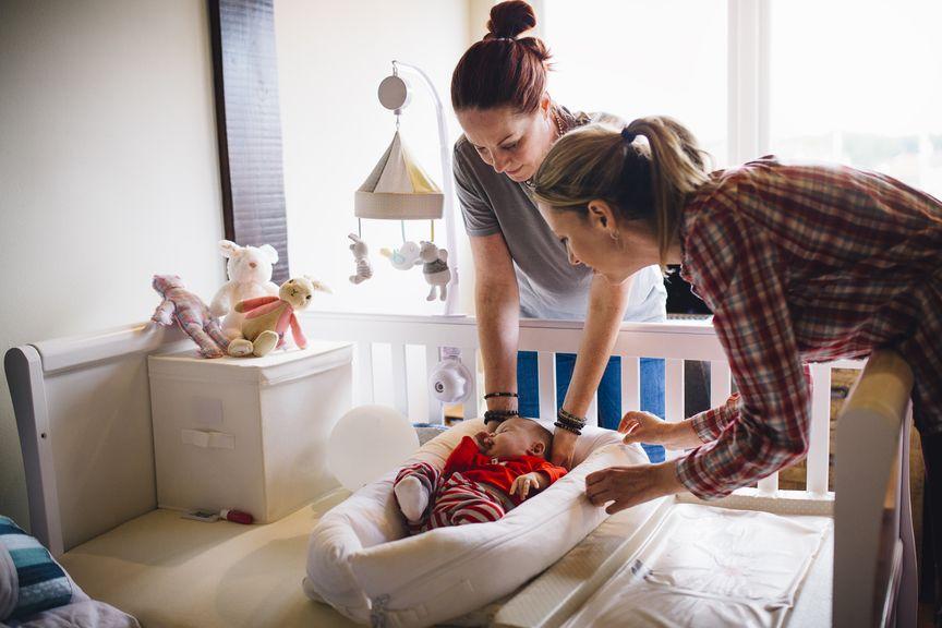 Hebamme besucht Mutter und das Neugeborene zu Hause