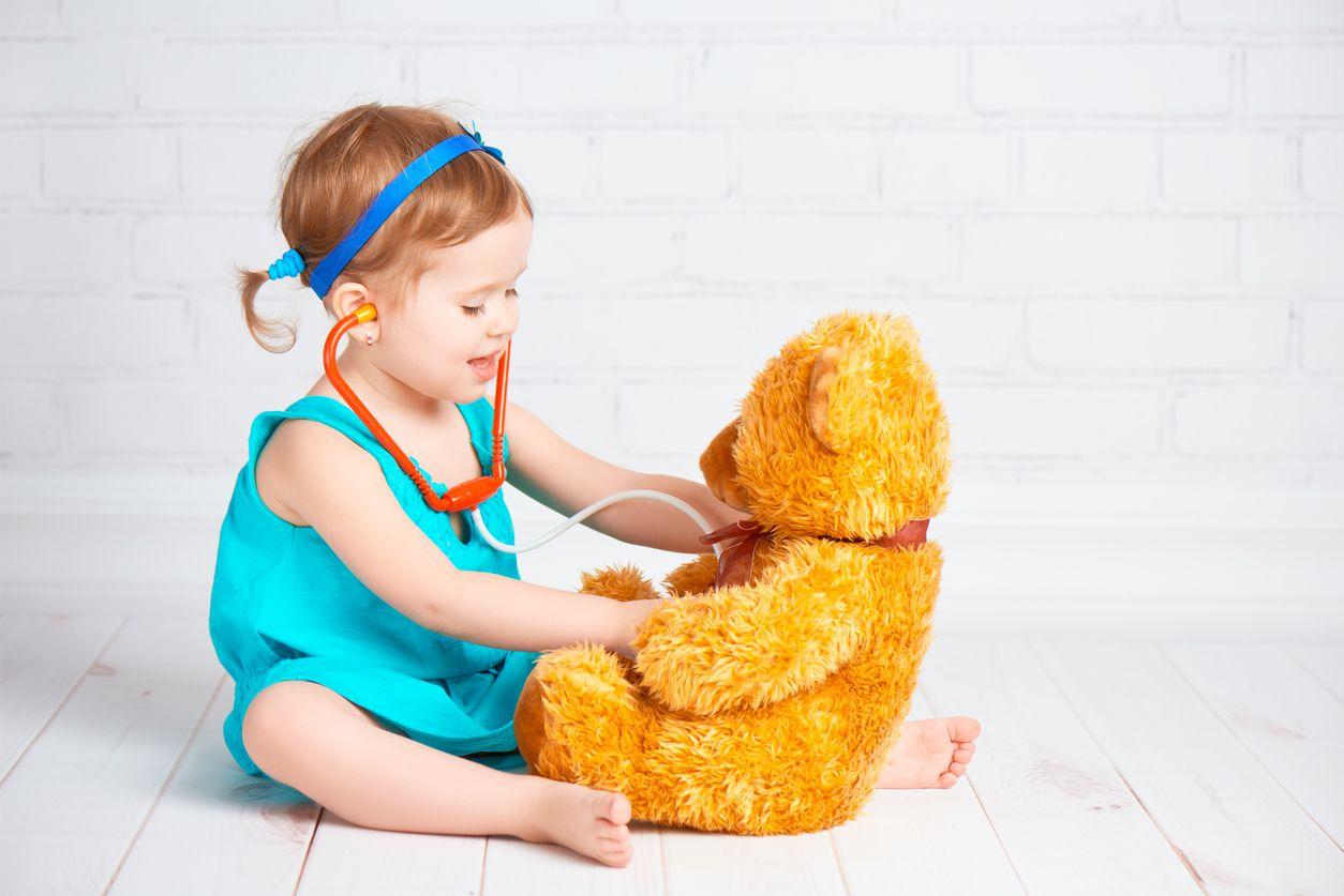 Mädchen mit Teddy und Stethoskop