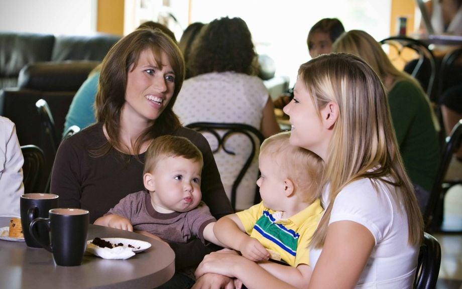 Zwei Mütter mit Babys im Kaffee