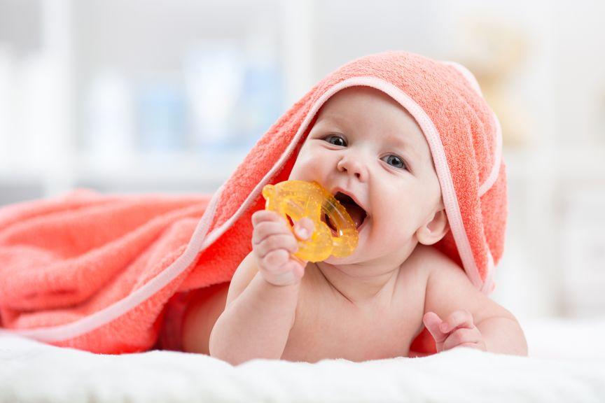 Baby unter dem Badetuch mit Beissring
