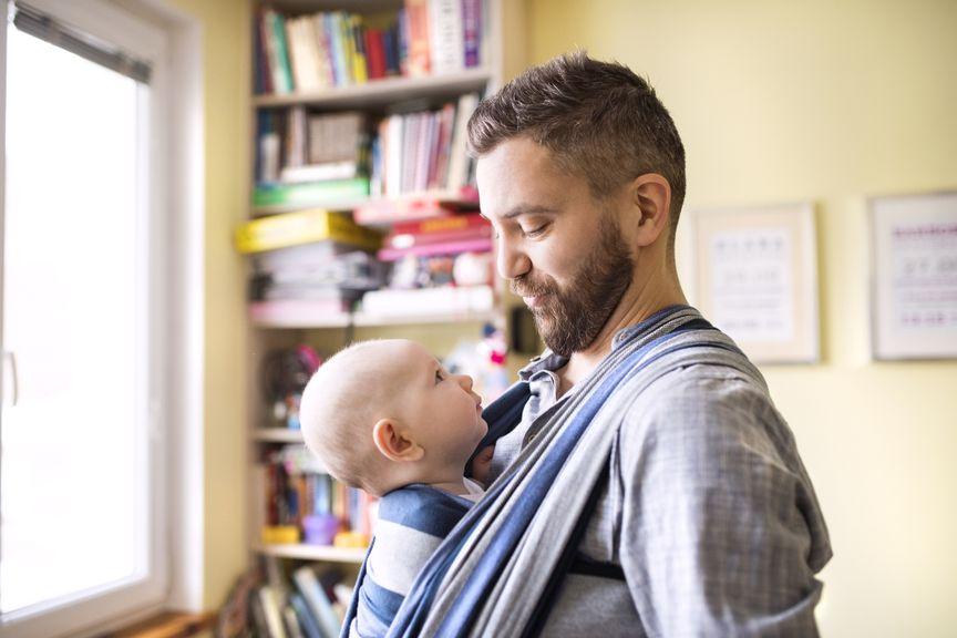 Vater mit Baby im Tragetuch