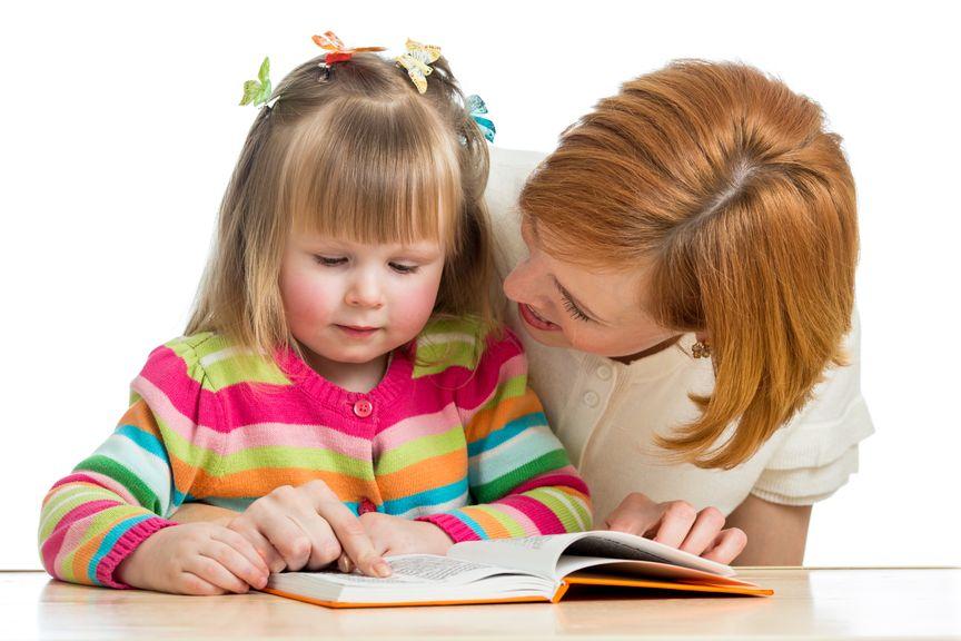 Mutter und Tochter schauen ein Buch an