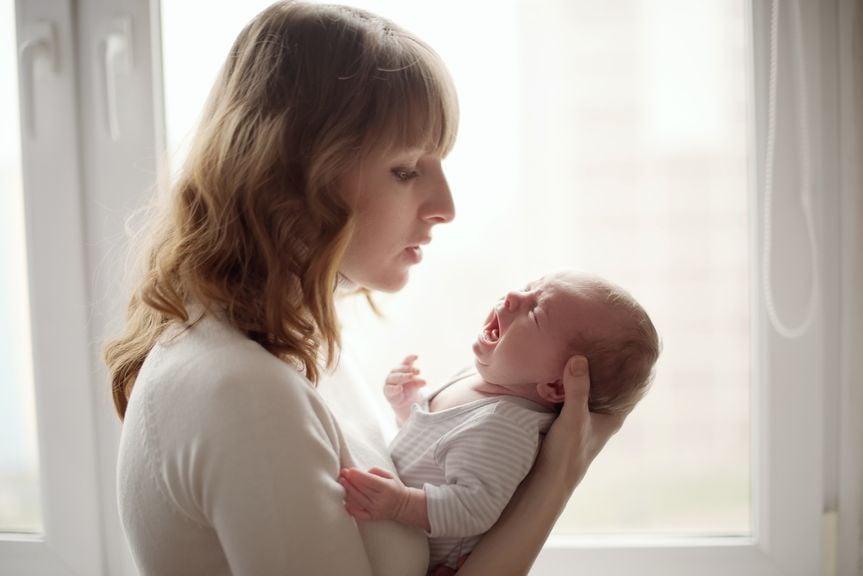 Mutter mit dem schreiendem Säugling