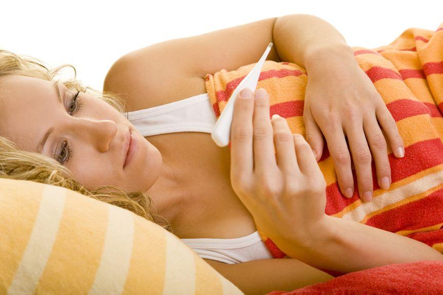 Erkältung?,Frau mit Fieberthermometer in der Hand