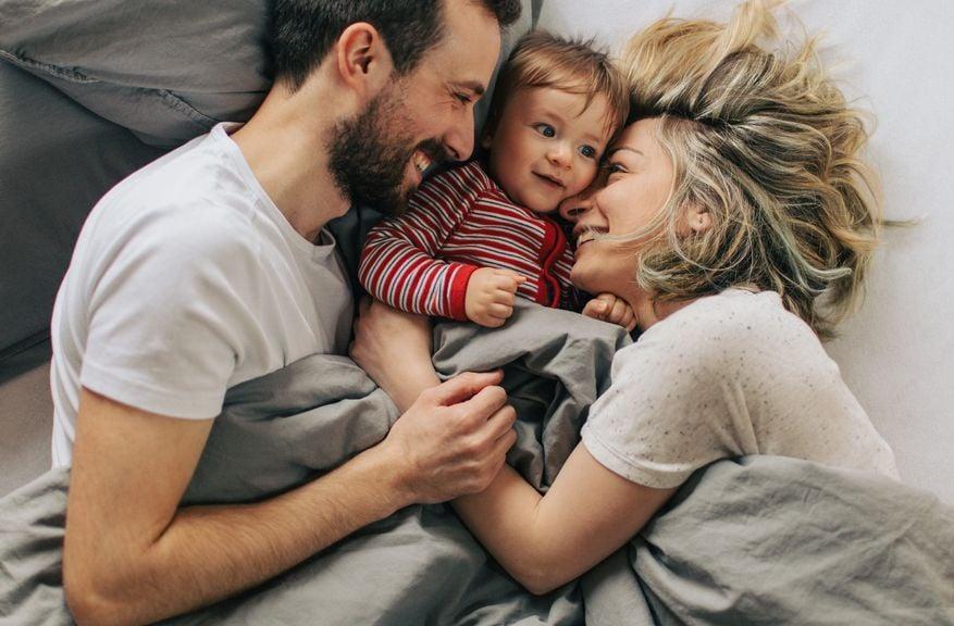Eltern mit Kind im Bett