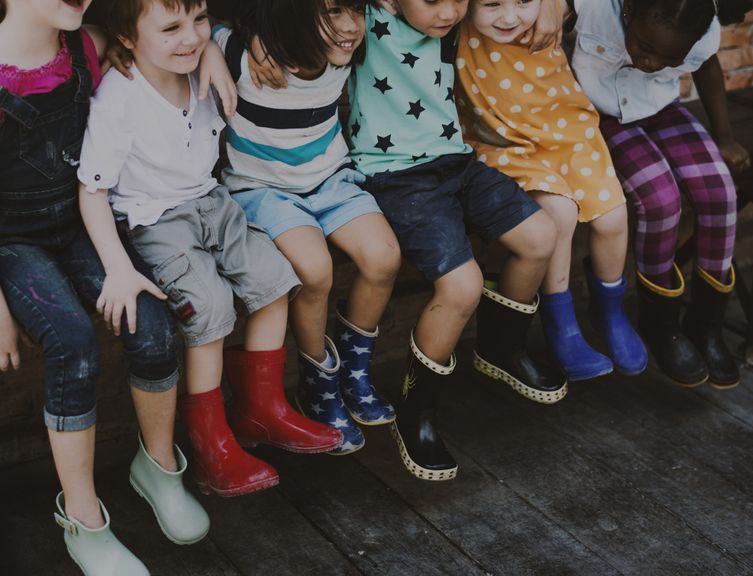 Gruppe Kinder mit Gummistiefel