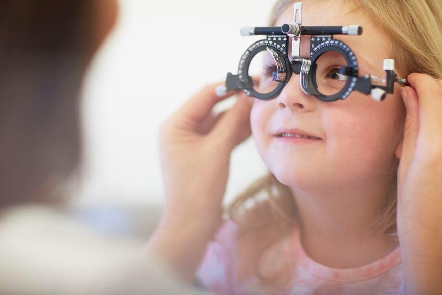 Kind beim Augenarzt