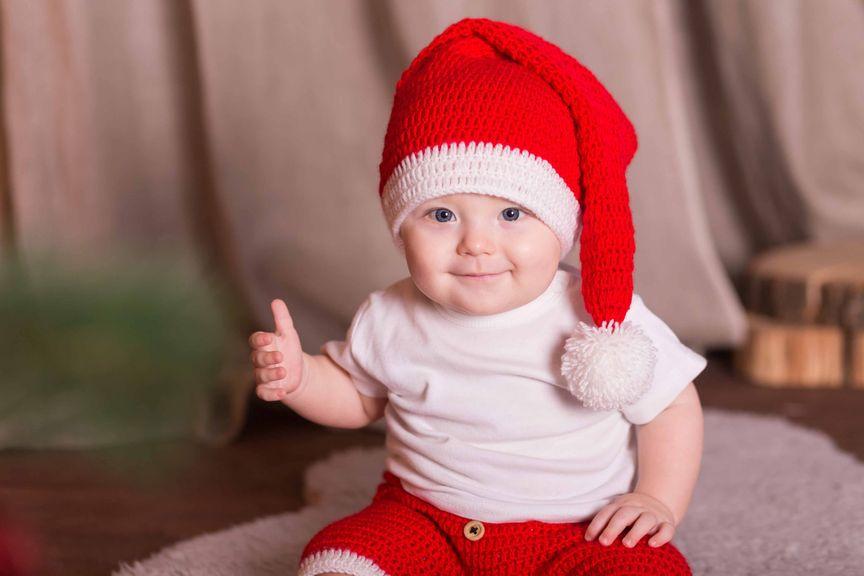 Baby mit Samichlausmütze