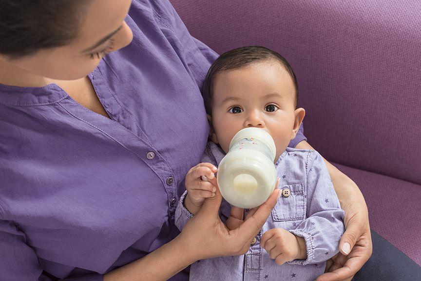 Baby trinkt den Schoppen