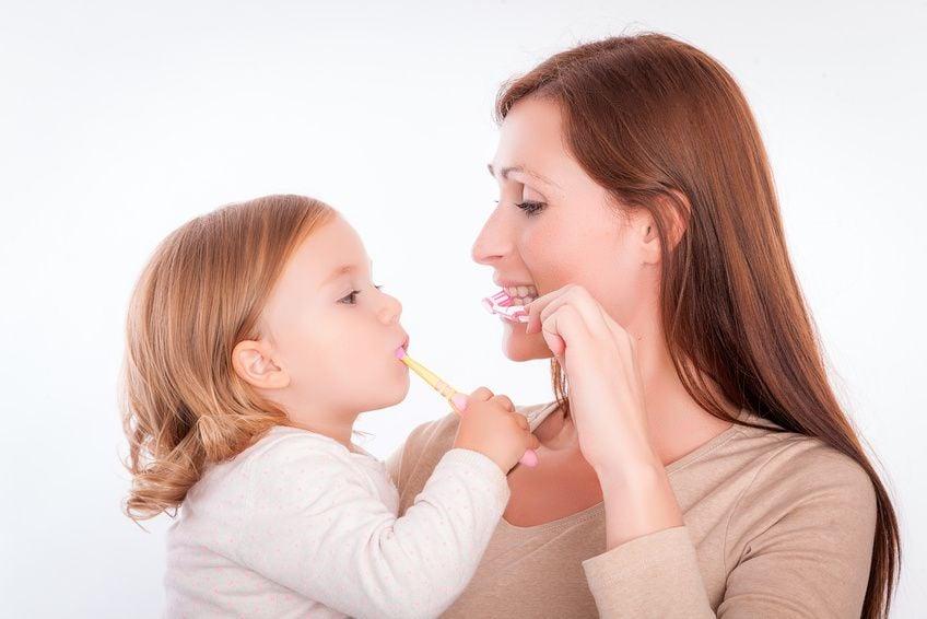 Mutter und Tochter am Zähneputzen
