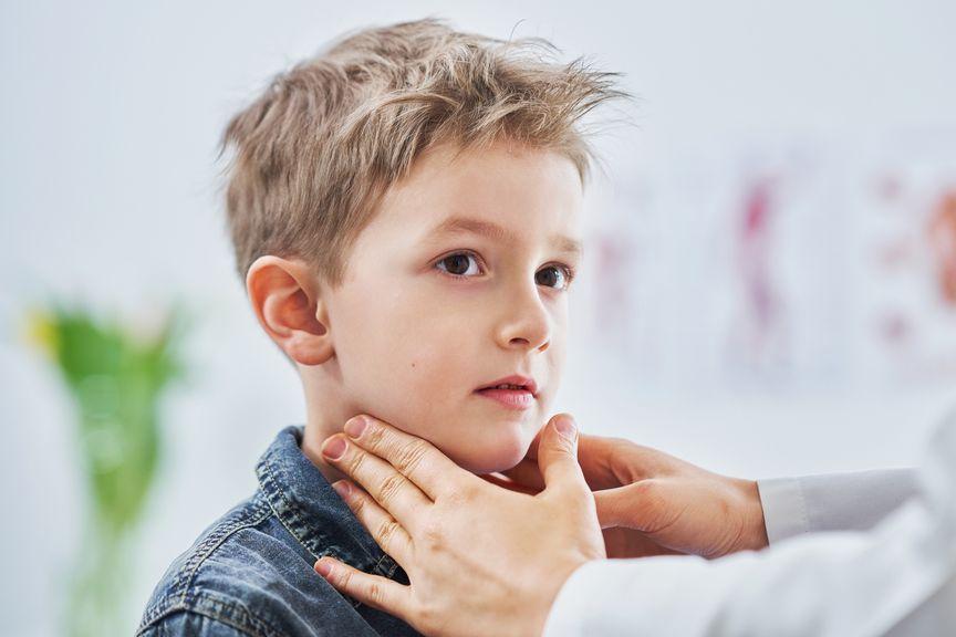 Junge wird beim Arzt untersucht