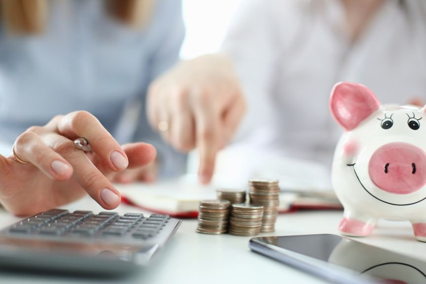 Budgetplanung mit Taschenrechner und Sparschwein