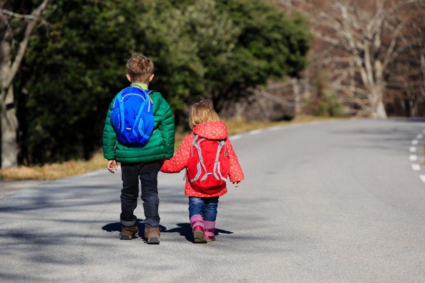 Bruder und Schwester unterwegs