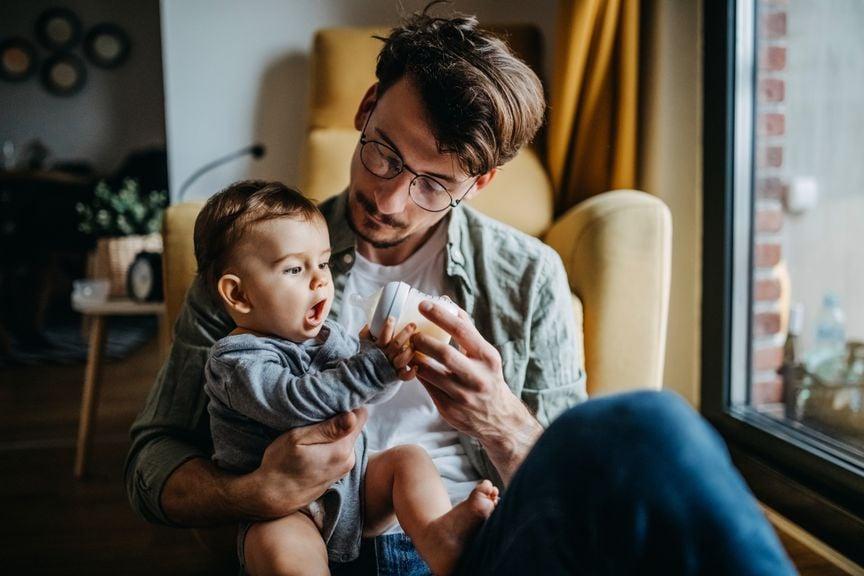 Vater spielt mit Baby