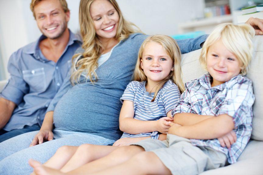 Schwangere mit Partner und zwei Kindern