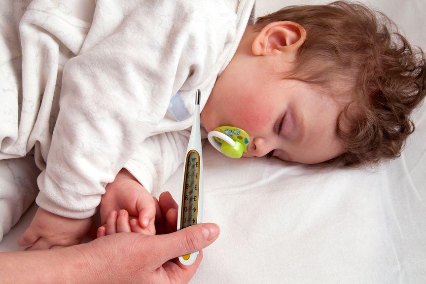 schlafendes Kind mit Fiebermesser