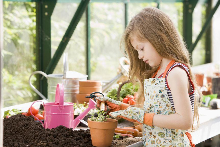 Mädchen bepflanzt einen Topf