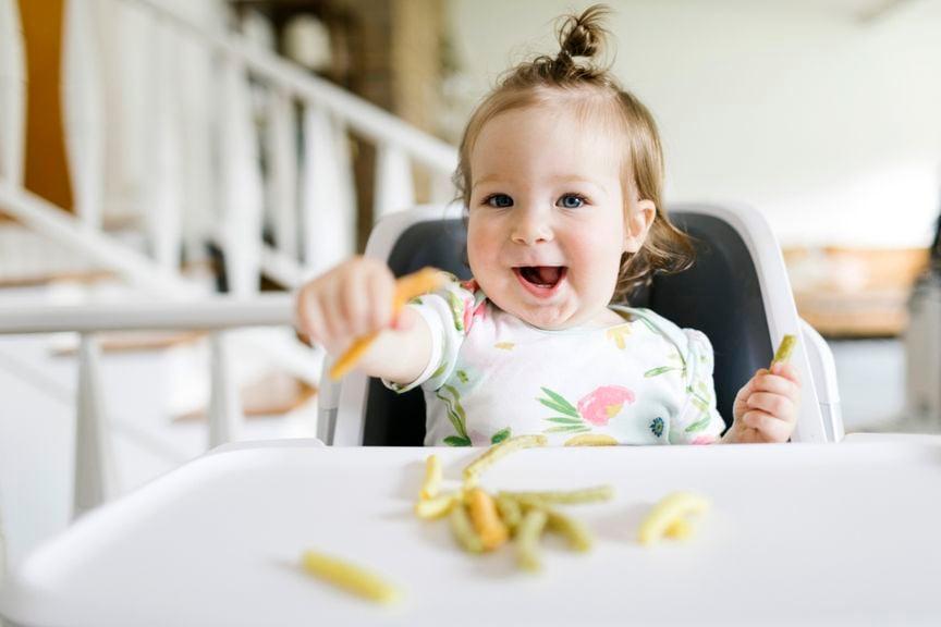 Kind isst Fingerfood