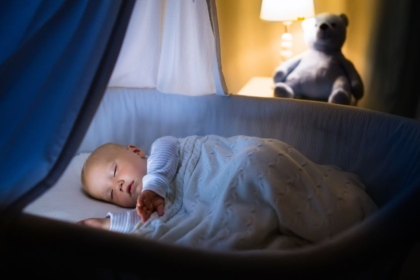 Baby schläft in der Wiege