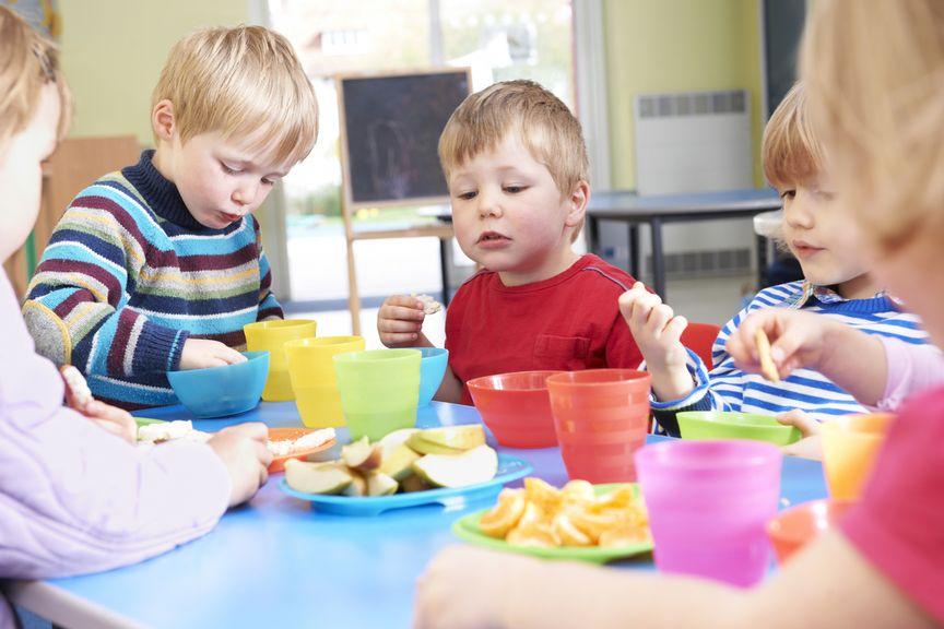 Kinder essen gemeinsam Znüni