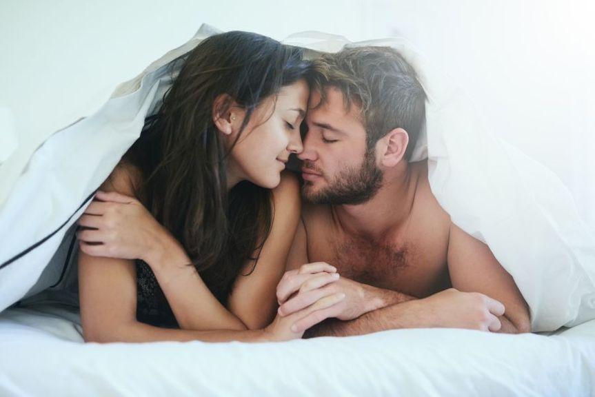 Paar unter der Bettdecke