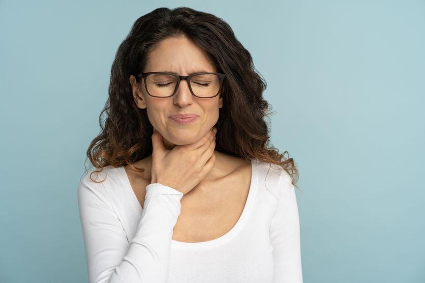 Frau leidet an Sodbrennen