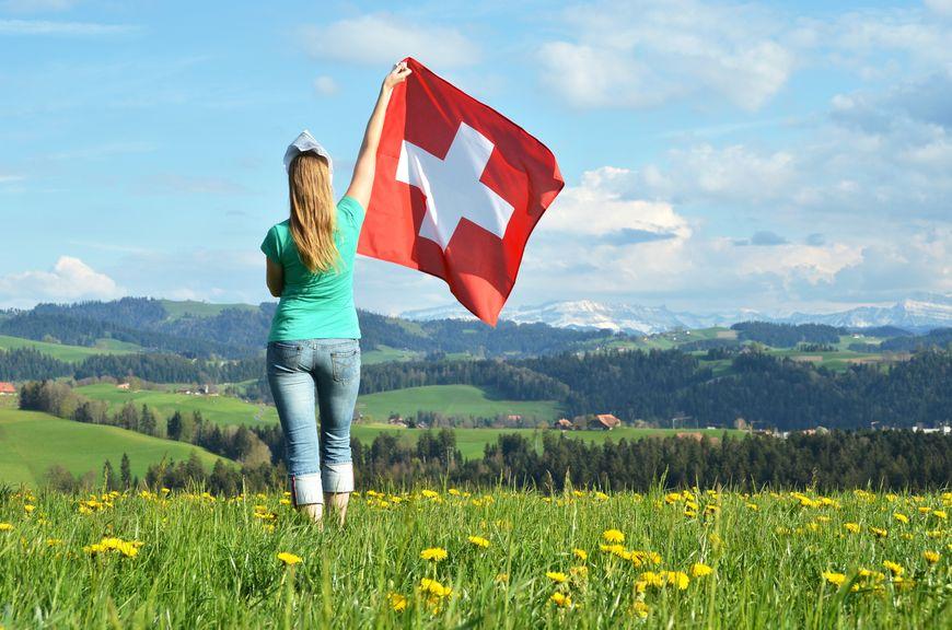 Mädchen hält eine Fahne hoch