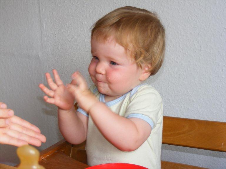 Kind macht Zeichensprache, Leonie zeigt Kaese