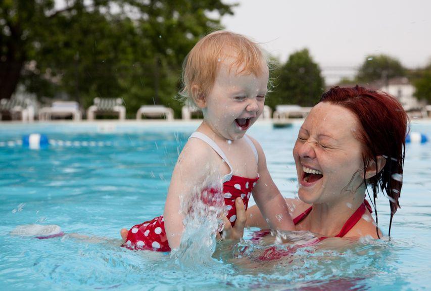 Mutter mit Tochter am planschen im Schwimmbad
