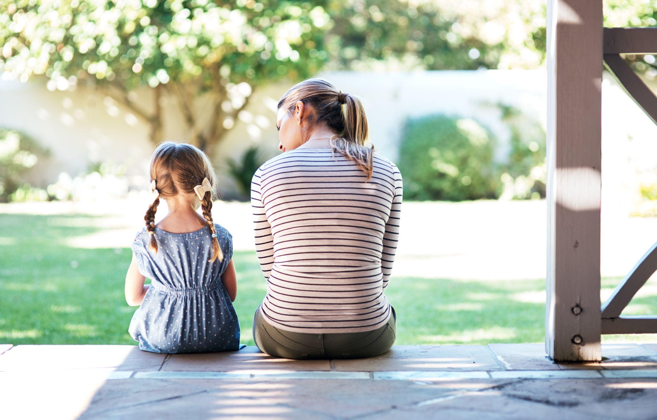 Mutter und Tochter im Garten